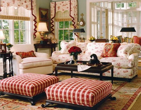 landhausdekoration - roter blumenstrauß auf dem kaffeetisch im wohnzimmer