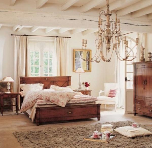 schlafzimmer im landhausstil - weiße gardinen und schöner lüster