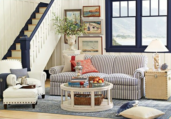 landhausdekoration - zwei dekokissen auf dem sofa im wohnzimmer