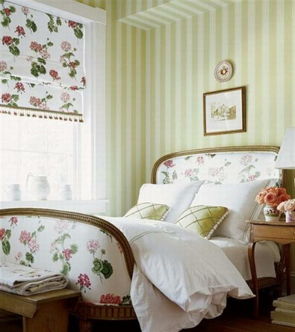 schlafzimmer im landhausstil - wunderschöne jalousien neben dem weißen bett
