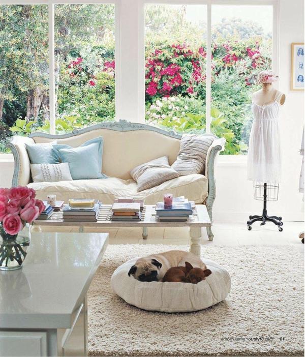 landhausdekoration -rote rosen im wohnzimmer und draußen im garten