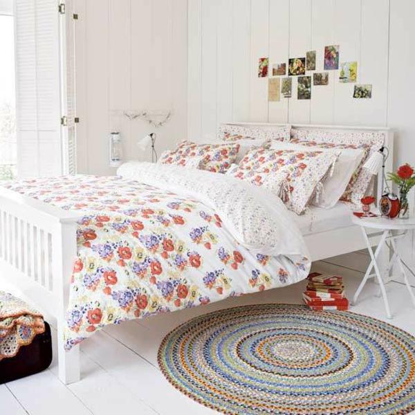 schlafzimmer im landhausstil - fotos an der weißen wand über dem bett