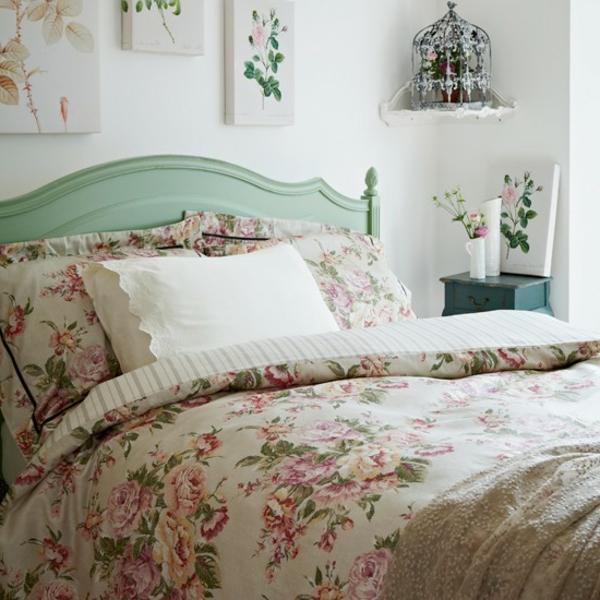 schlafzimmer im landhausstil - drei schöne bilder über dem bett