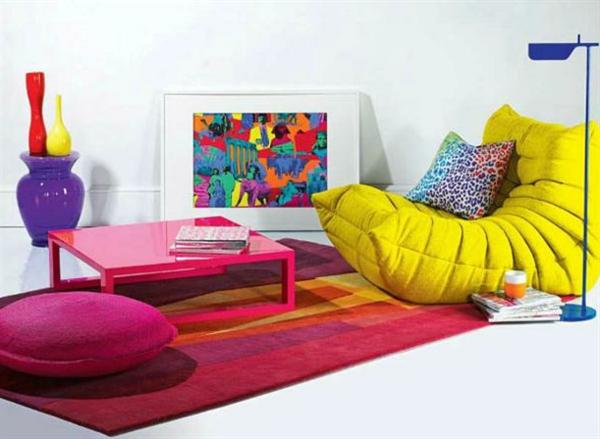 Teppich in bunten Farben - neben einem extravaganten gelben sessel