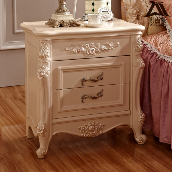 romantischeliebe inspiration - schöner nachtisch im barock stil neben dem bett