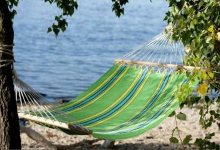 hänge-matte-grün-gelb-blau-holz-seile-schick-edel-modern-am-strand-luxus