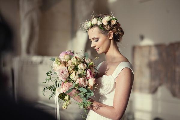 romantischeliebe inspiration - eine wunderschöne braut mit vielen blumen