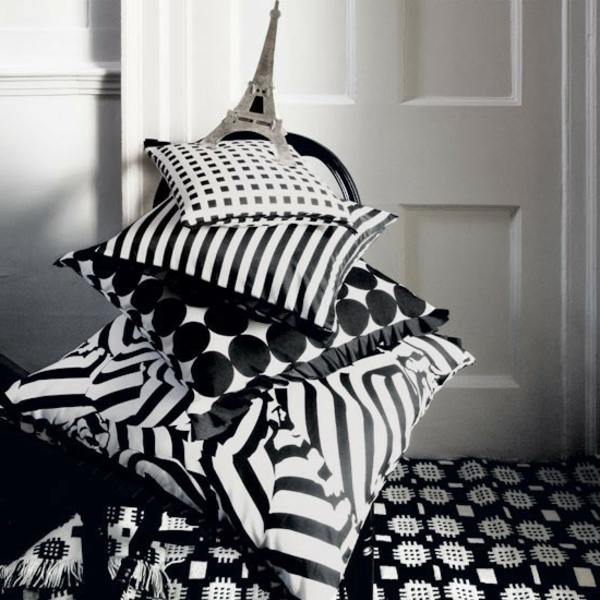 Artdeco Stil   Eifelturm Auf Dekokissen In Weiß Und Schwarz Art Deco Stil  Bei Der Einrichtung: 36 Verblüffende Ideen!