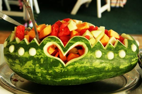 exotisches obst dekoration - kreative idee für wassermelone