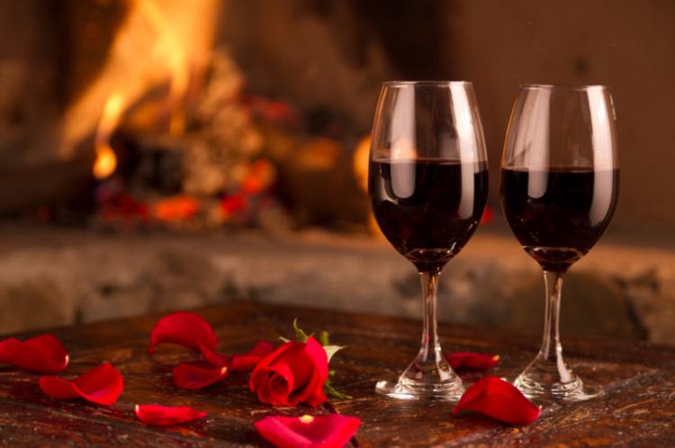 rotwein-gläser-besonders-toll-schick-rosen-bläter-blühten-schick-edel-luxus-modern