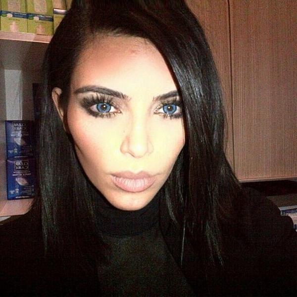 Kontaktlinsen in bunten farben - dunkel haare und blaue augen
