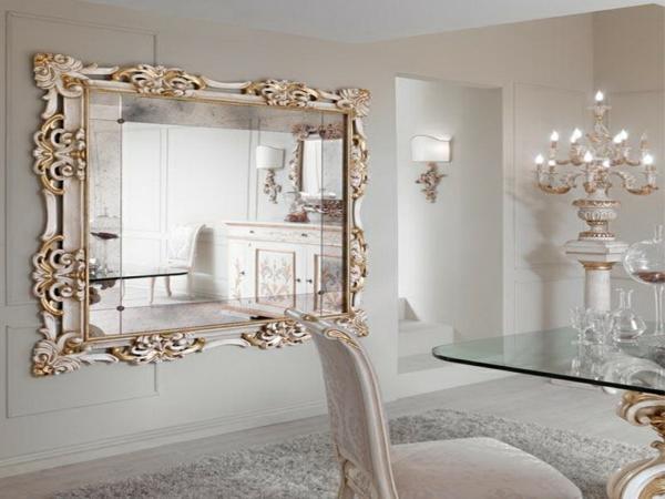 aristokratisches helles esszimmer mit einem großen barock spiegel  an der wand