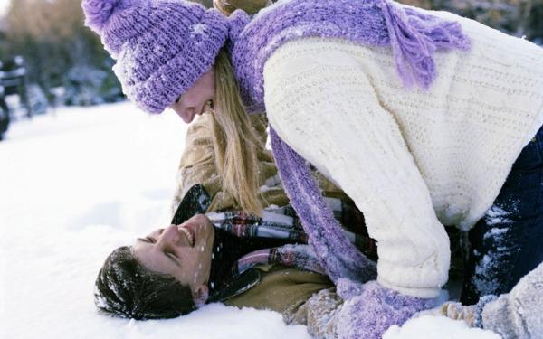 romantische liebe inspiration -  man und frau spielen im schnee