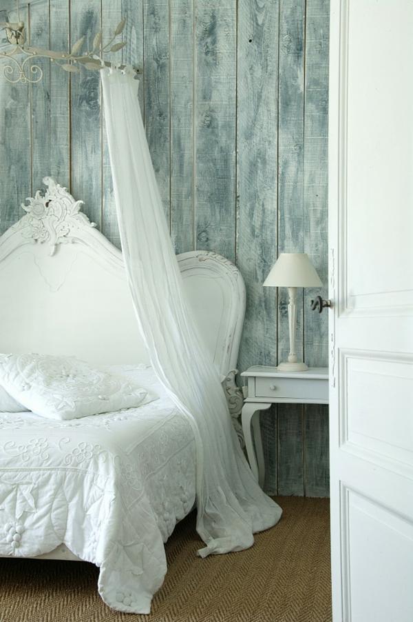 schlafzimmer imlandhausstil -  weiße gardinen über dem bett als dekoration