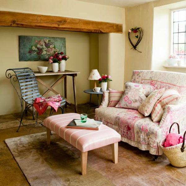 landhaus dekoration - auffälliger eisen-stuhl neben einem rosigen sofa