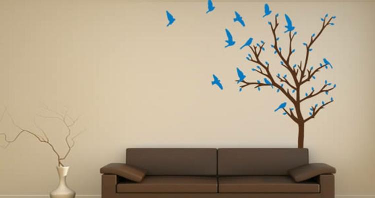 gel-braunes-wohnzimmer-mit-blaue-vögel-baum-coutch-schick-edel-besonders-modern