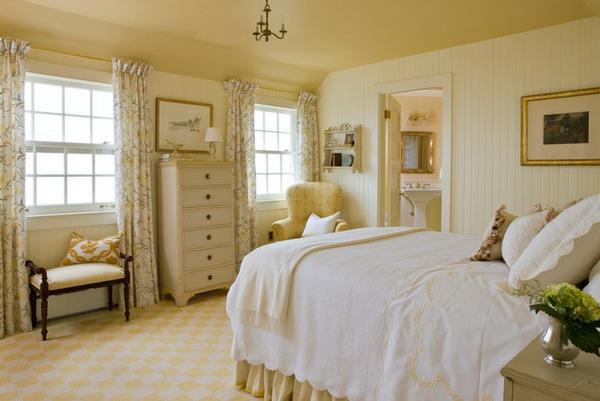 schlafzimmer im landhausstil -  schrank mit schubladen und gardinen auf den beiden seiten