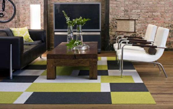 Teppich in bunten Farben - hölzerner nesttisch darauf