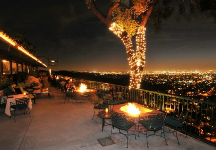 terrasse-bei-abend-schick-edel-besonders-modern-schlicht-panorama-aussicht