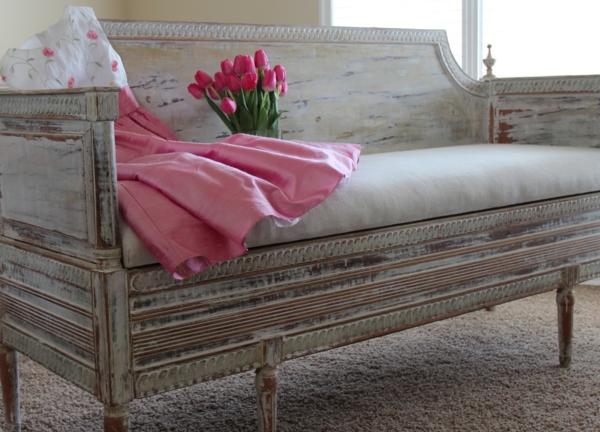 schwedisches Möbel - rosige tulpen auf einem sofa