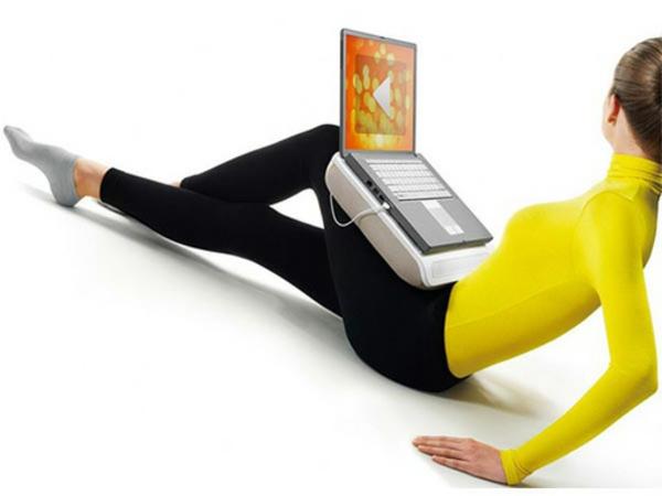 kissen für laptop - eine schlanke frau auf dem bild