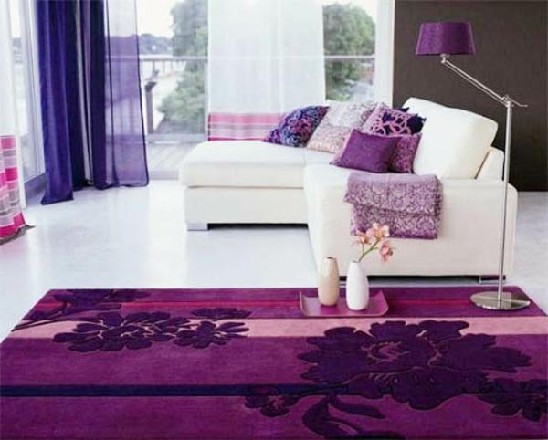 Teppich in bunten Farben - lila design neben einem weißen modell