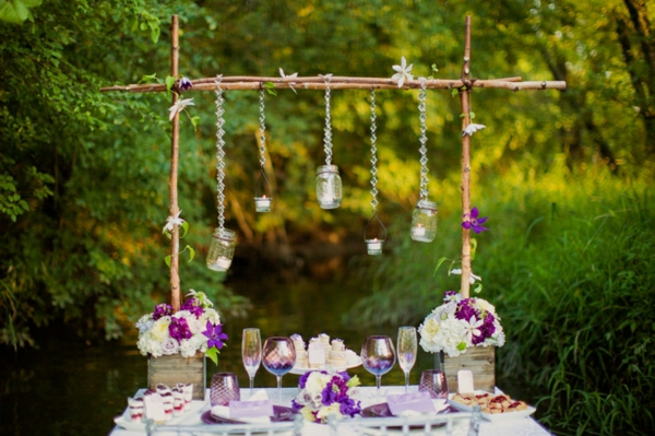 romantische liebe inspiration - hängende becher über einem schönen tisch im garten