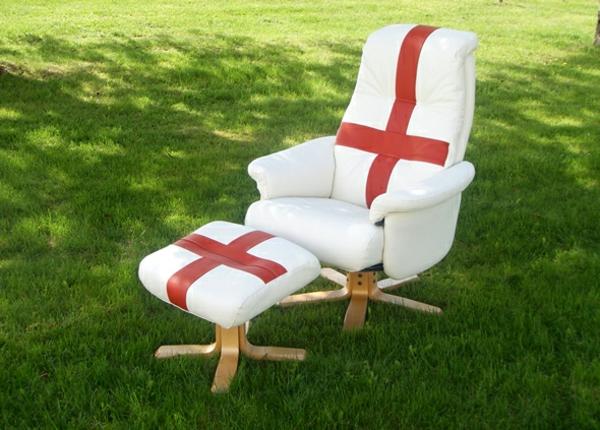 schwedisches Möbel - sessel und hocker mit der schwedischen fahne