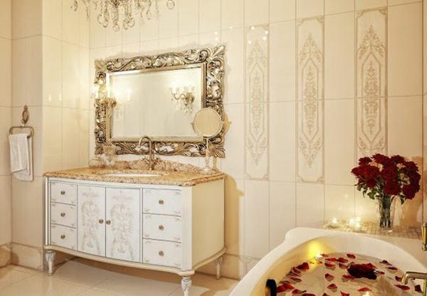 romantische liebe inspiration - barock spiegel und badewanne mit rosenblättern