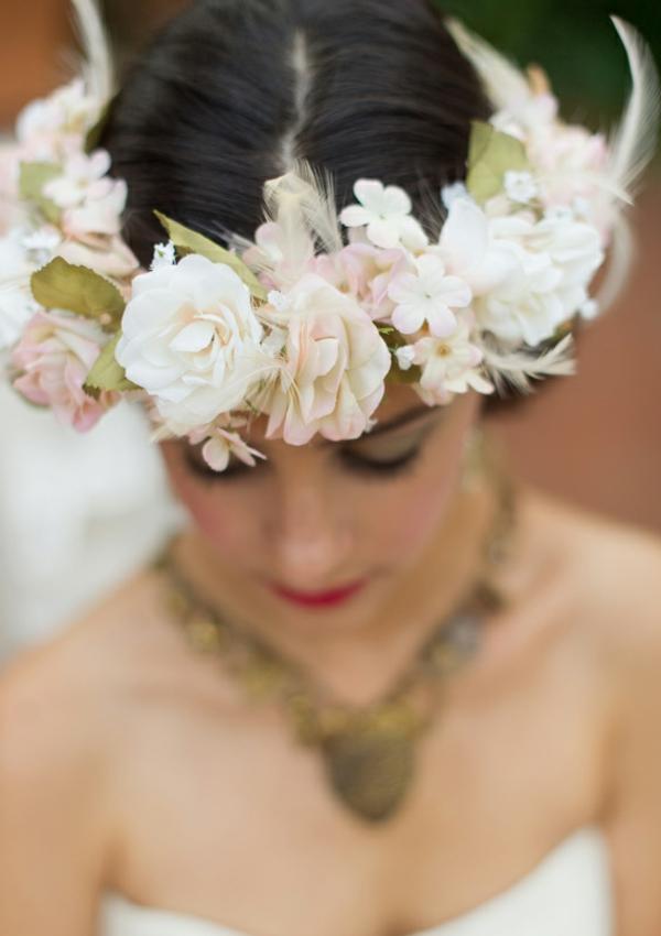 romantische liebe inspiration - schöne weiße blumen auf dem kopf einer frau