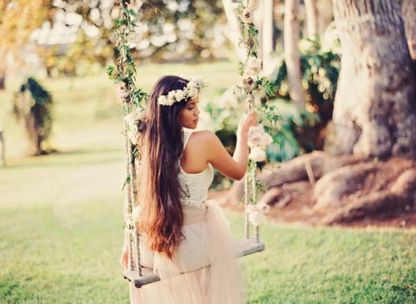 romantische liebe inspiration -  schöne frau mit langen haaren auf einer schaukel