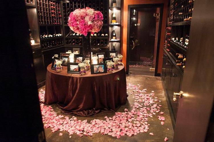 romantisch-dekorierter-tisch-schick-edel-besonders-modern-blüten-bläter-in-rosa-pink