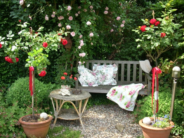 Romantische-Sitzecke-Garten-exterior-design-ideen-für-den-außenbereich-garten-und-landschaftsbau-holzbank