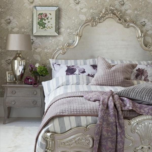 schlafzimmer im landhausstil - wunderschönes kopfbrett mit silberem rahmen