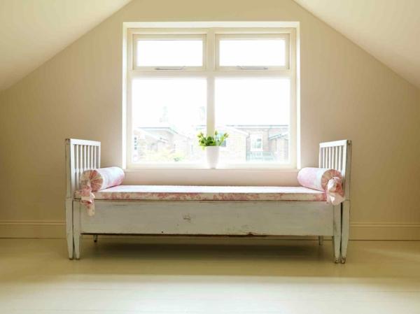 schwedisches Möbel - sehr schönes helles bett im schlicht gestalteten zimmer