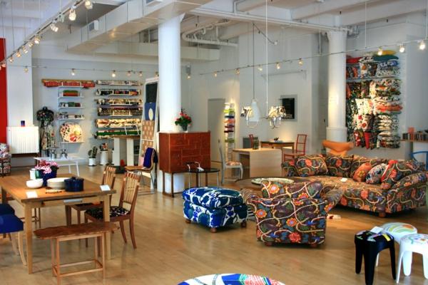 schwedisches Möbel - viele bunte elemente im wohnraum
