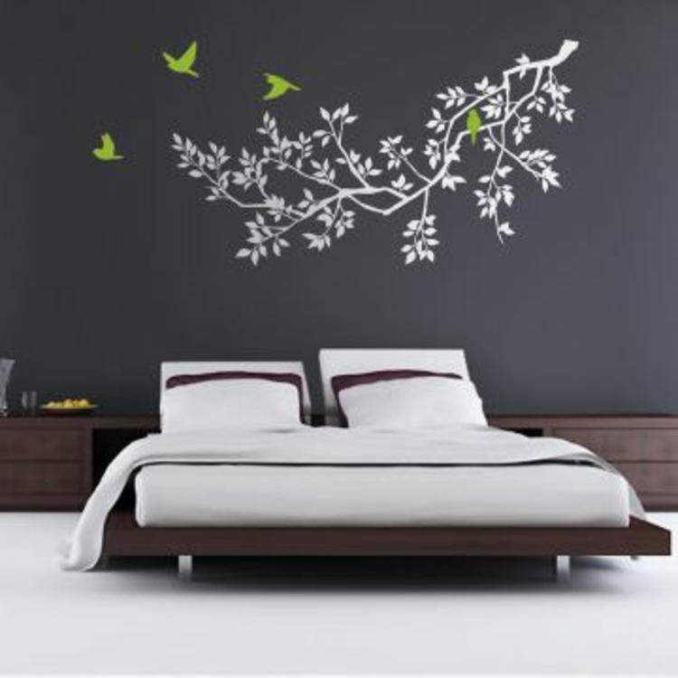 holz-bett-weißes-wandtattoo-schick-edel-besonders-modern-schlicht-vögel-in-grün-dunkel-graue-wand
