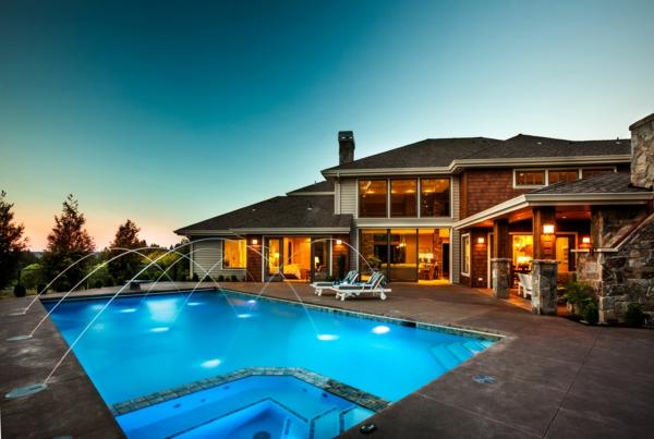 architektur-modernes-design-haus-mit-pool-luxus-ferienwohnung-mit-super-großem-pool