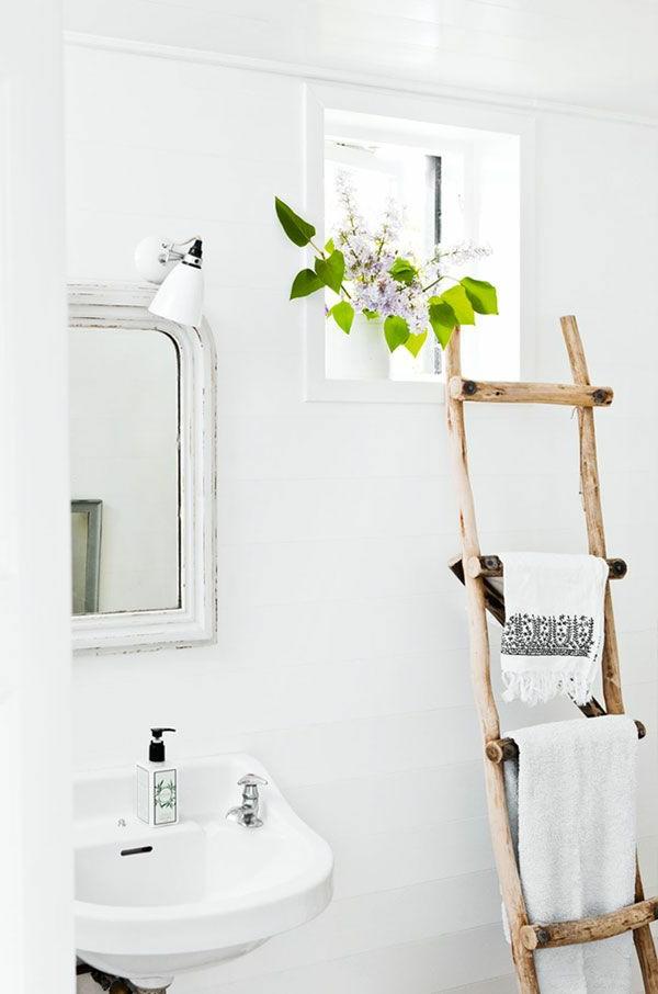 badezimmer-einrichten-holzleiter-als-handtuchhalter-weißes-badezimmer-weiße-wandfarbe-kleines-badezimmer-ideen