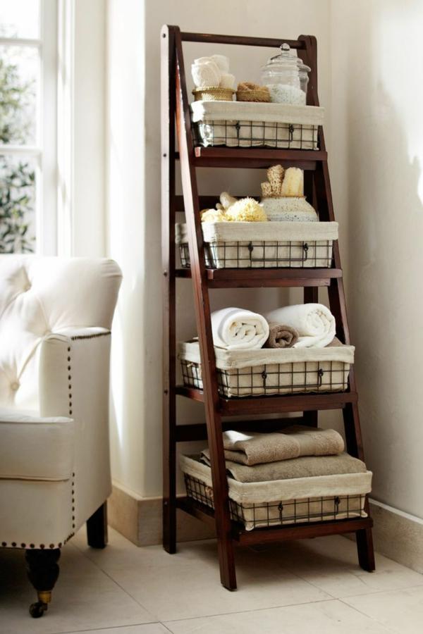 Badezimmer Mit Leiter Aus Holz Im Hause Praktische