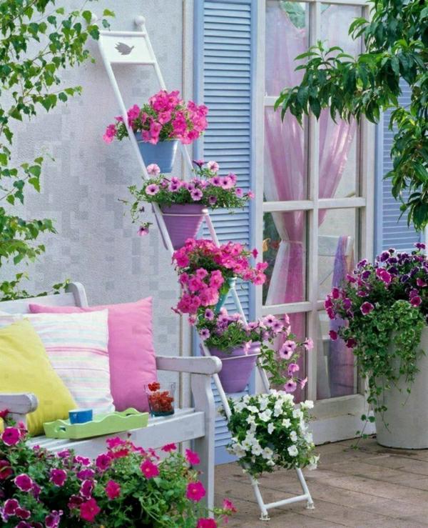 -balkon-verschönern-balkon-deko-ideen-balkongestaltung-balkonmöbel-deko-mit-blumen