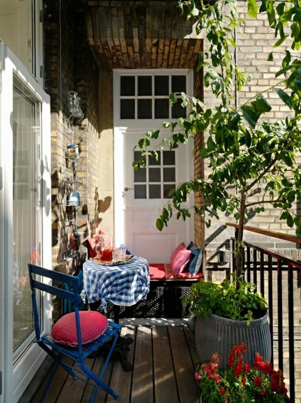 balkon-verschönern-balkon-deko-ideen-balkongestaltung-balkonmöbel-in-blau