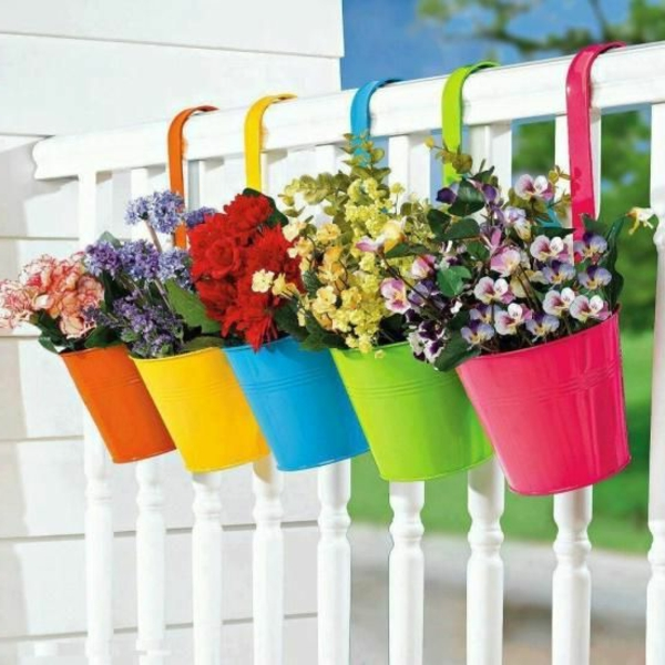 balkon-verschönern-balkon-deko-ideen-balkongestaltung-bunte-blumentöpfe
