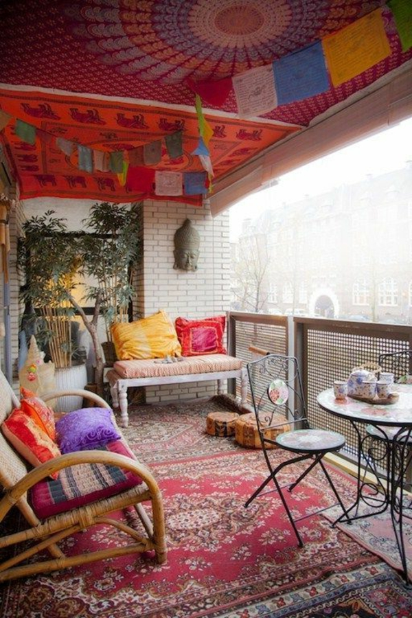 balkonmöbel-balkon-verschönern-balkon-deko-ideen-balkon-gestalten-bunter-teppich