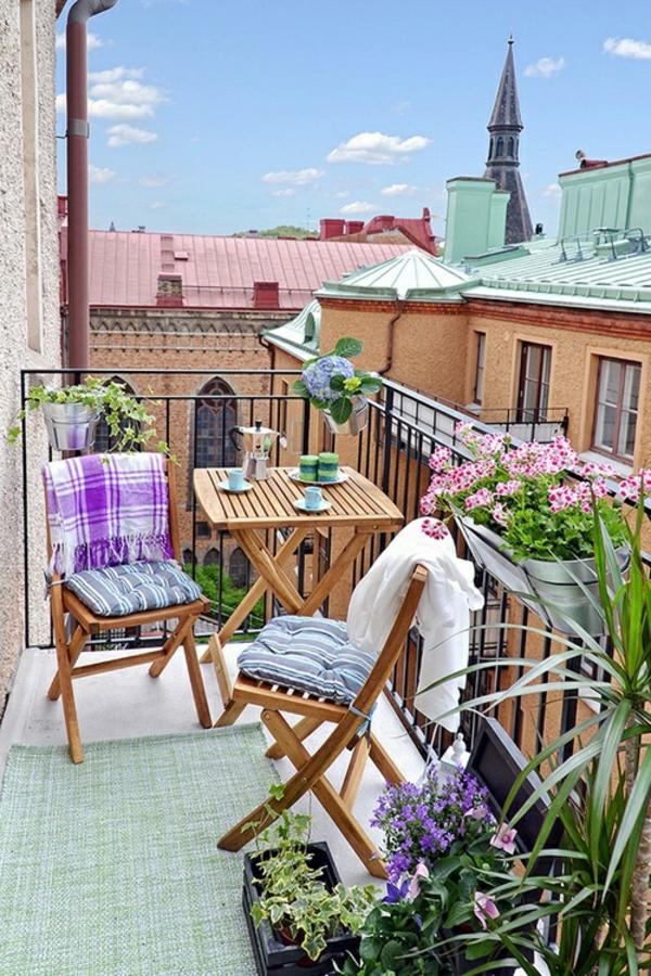 balkonmöbel-balkon-verschönern-balkon-deko-ideen-balkon-gestalten-grüner-teppich