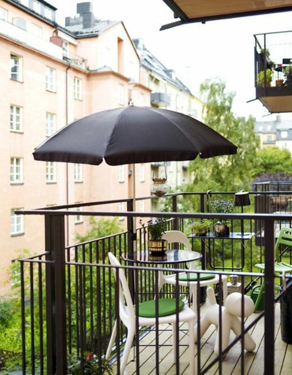 balkonmöbel-balkon-verschönern-balkon-deko-ideen-balkon-gestalten--schwarzer-sonnenschirm