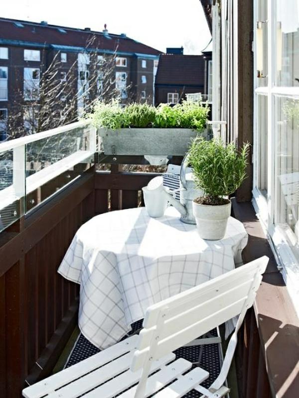 balkonmöbel-balkon-verschönern-balkon-deko-ideen-balkon-gestalten--weiße-sitzbank-balkon