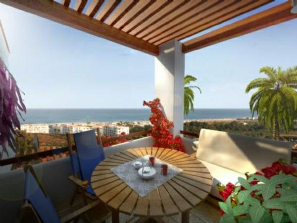 balkonmöbel-balkon-verschönern-balkon-deko-ideen-balkongestaltung-runder-balkontisch-holz