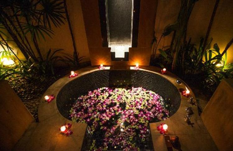 badewanne-teelichter-rosen-blühten-teelichter-schick-edel-besonders-farbenfroh-pflanzen