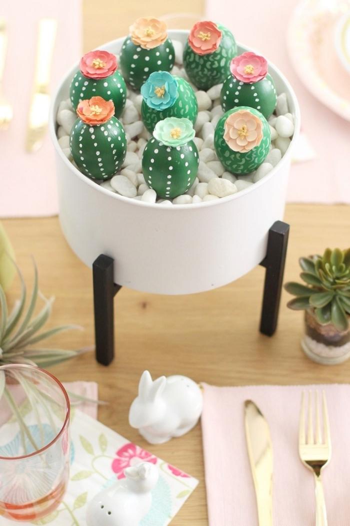 basteln für den ostertisch, eier dekoriert wie kakteen, kleine blüten aus papier, osterdeko